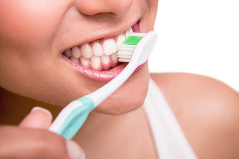 mal aliento o halitosis: cepillar los dientes